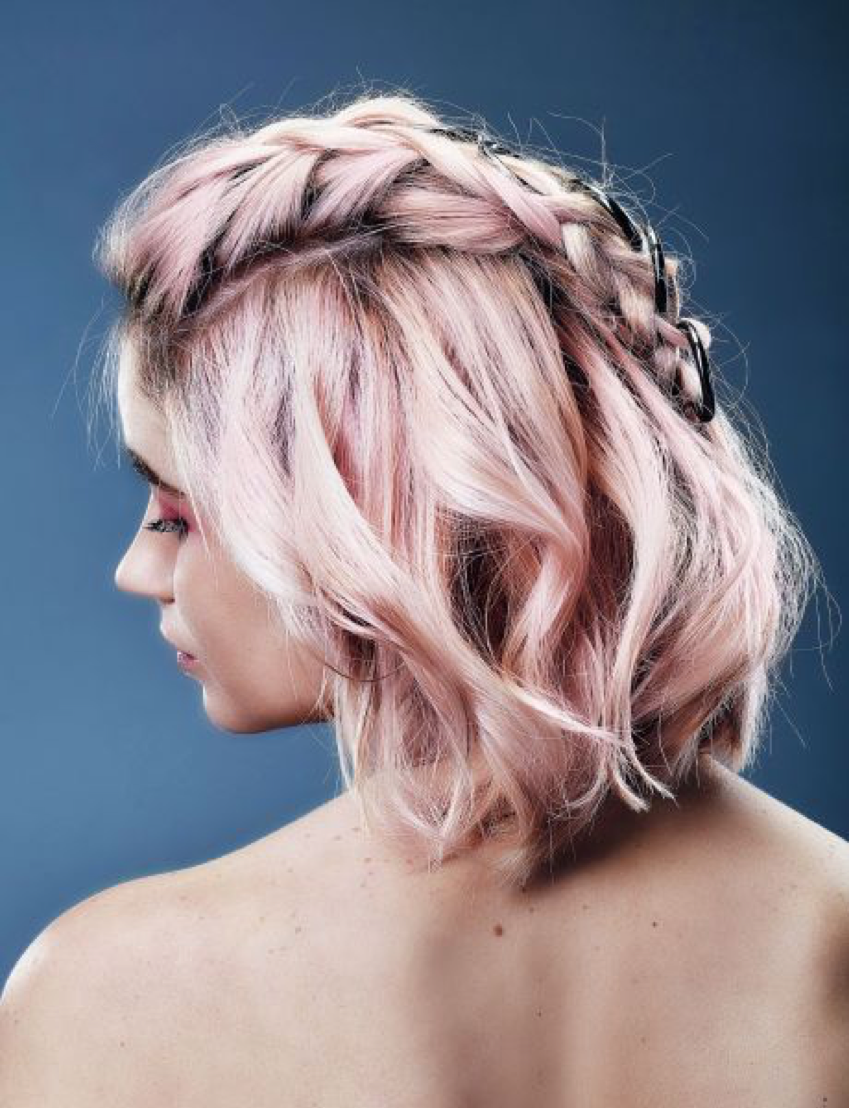 girl with mohawk braids and pink hair. femme avec une coloration rose et une tresse.