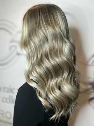 cheveux long blond cendré gris wavy