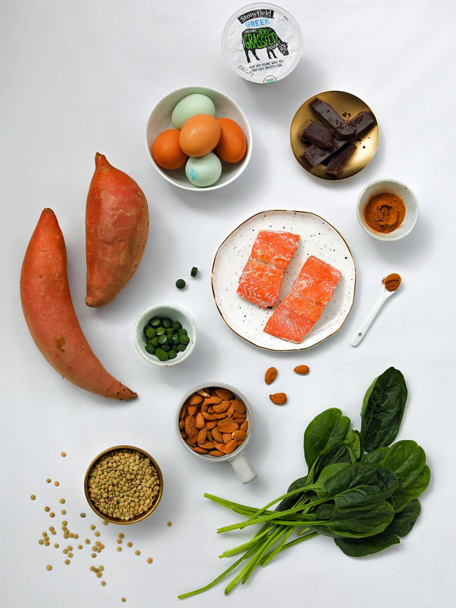 divers légumes saumon épinard avocat betterave pour des cheveux plus sain