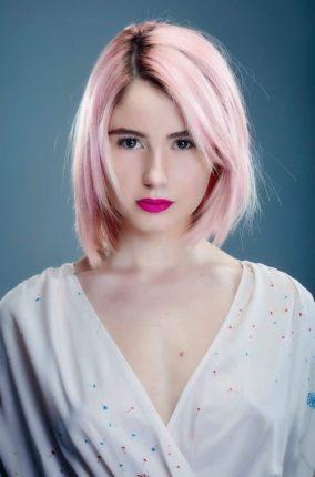 Jeune femme avec un carré et cheveux rose pastel réalisé par benjamin chez Stalter Coiffeur pink bob hair
