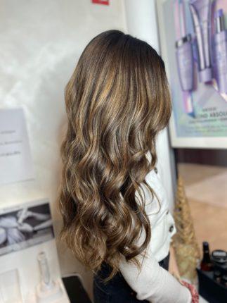 leadambra chez stalter coiffeur pour son balayage avec coiffage wavy. brillance grâce au produit Kerastase et L'oreal professionnel