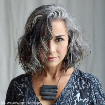 femme mature avec des cheveux gris et une coupe carré