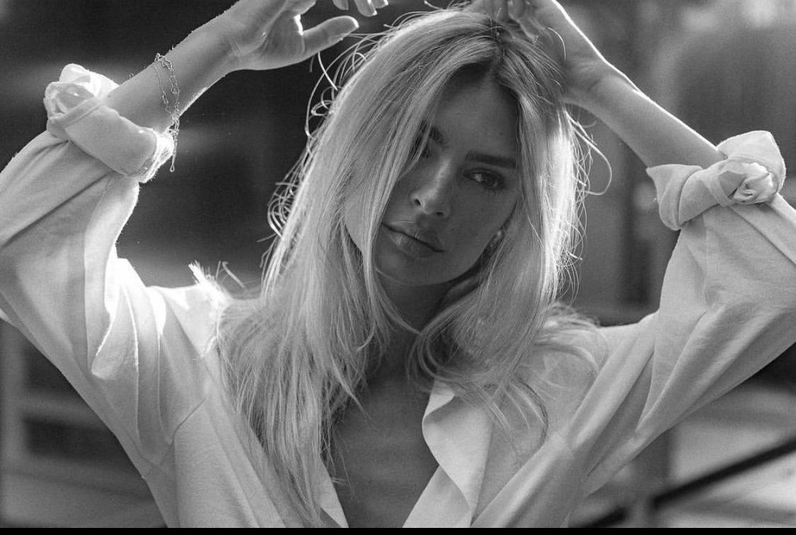 Emrata blonde, photo en noir et blanc avec emily ratajkowski