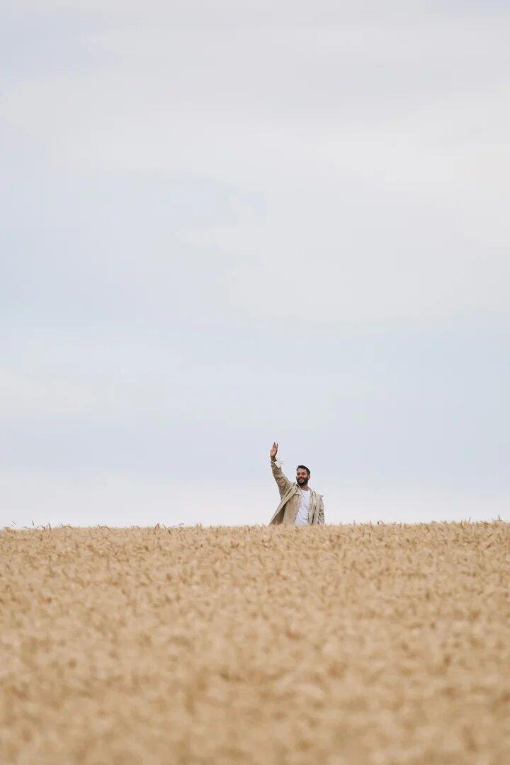 Simon porte Jacquemus dans un champs de blé collection printemps été 2021
