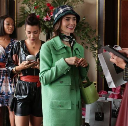 Son chapeau seau à carreaux vert, noir et blanc était l'accessoire de cheveux parfait pour son look (qui comprenait un manteau en tweed Chanel si subtil)