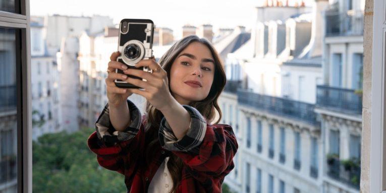 Emily en selfie pour son compte instagram, série Netflix